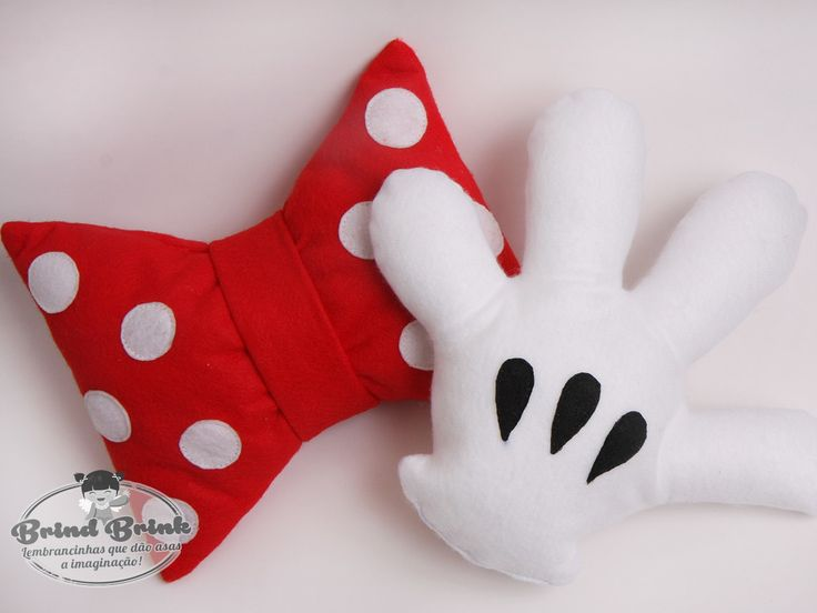 Especificações: Produto somente nos modelos abaixo - Tema Disney. <br>Material: Feltro <br>Prazo de produção: 10 dias úteis <br>Pedido Mínimo: 10 unidades <br> <br>Modelos e tamanhos: Como se trata de um produto artesanal, as medidas podem sofrer pequenas variações. <br> <br>* Short do Mickey: 17,5 cm altura x 21,0 cm largura <br>* Maõzinha: 21,0 cm altura x 23,0 cm largura (Altura da base ao dedo / Largura de um dedo ao outro) <br>* Lacinho Minnie: 20 cm altura - meio da laço 12 cm x 25 cm…
