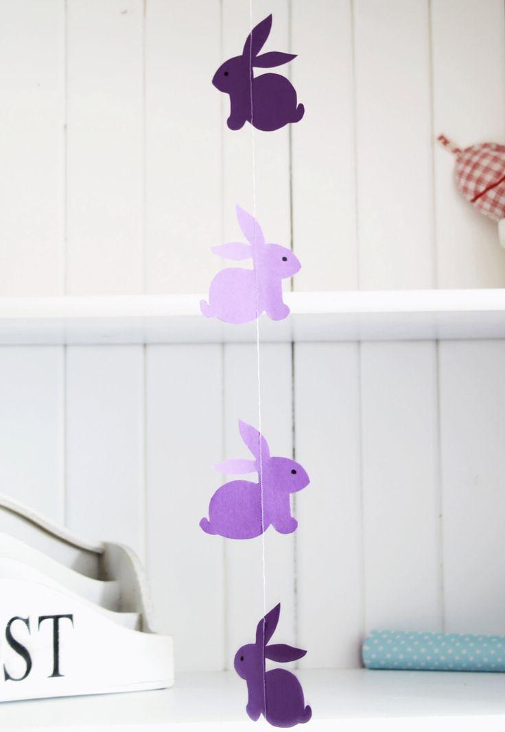 Гирлянды из бумаги своими руками (50 фото): декор для уютного дома http://happymodern.ru/girlyandy-iz-bumagi-svoimi-rukami-50-foto-dekor-dlya-uyutnogo-doma/ Веселые сиреневые бумажные зайцы на гирлянде