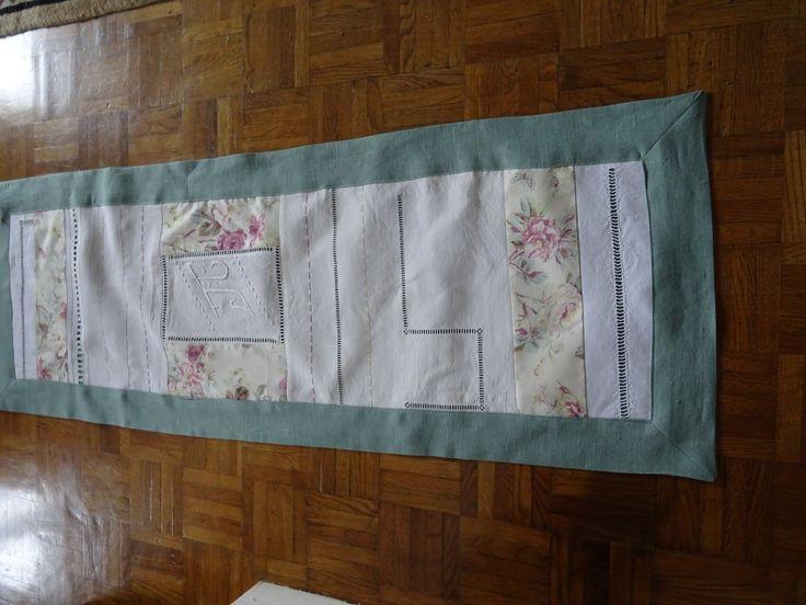 chemin de table en lin , patchwork de linge ancien avec monogramme , tissu anglais : Accessoires de maison par les-tiroirs-de-manine