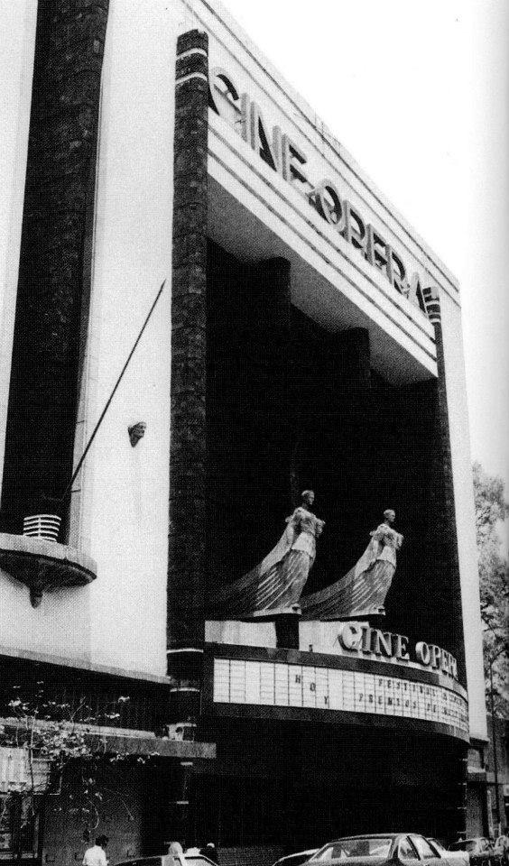 """El cine Ópera fue diseñado por Félix T. Nuncio y se inauguró el 11 de marzo de 1949 con la emblemática cinta """"Una familia de tantas"""". Se localiza en Serapio Rendón 9, muy cerca de la Ribera de San Cosme, y es uno de los íconos de la colonia San Rafael y del cine capitalino en general."""