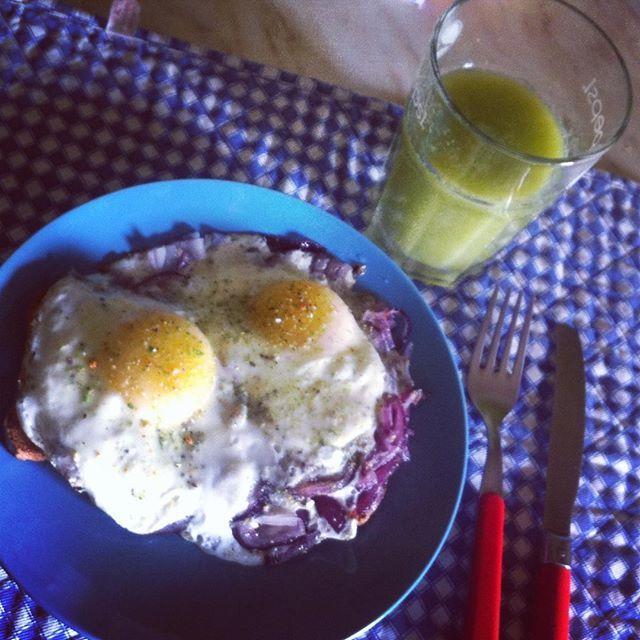 Super colazione completa  ↪️Due uova all'occhio di bue con santoreggia, timo e noce moscata, con cipolla di Tropea e cavolo cappuccio rosso, servite su fette biscottate integrali.   Accompagnato da un estratto fatto con #Essenzia #siquri di pera, kiwi e zenzero.    #championbreakfast #spiegelei #eye #eggs #condirelavita #healthyfood #fitness #energy #foodporn #newjourney