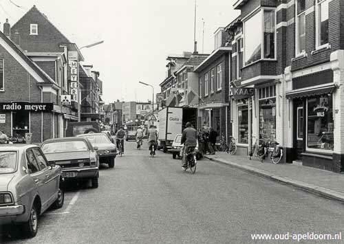 Asselsestraat, nu wat later, jaren 70 denk ik. Bij de vrachtauto is de winkel en helemaal bovenaan van het pand zie je een koekoek. daar was mijn slaapkamer.