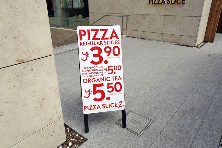 ピザを食べたい。しかもアメリカのピザ。 シカゴ風のトッピングのお化けみたいな分厚いピザじゃなく、カリフォルニア風の料理をなんでものっけて仕上げる節操のないピザでもなくて、ニューヨークのピザ。 東京でおいしいイタリアのピザを見つけるのは簡単。 イタリアで修行しただの、ピザ職人協会が認めただのとピザを焼く人がたくさんいて、お店も沢山。 でも日本で食べるイタリアのピザってまず高い。しかもモッツァレラチーズやトマトを豪勢に使えば使うほど水っぽくなって、生地からベロンと
