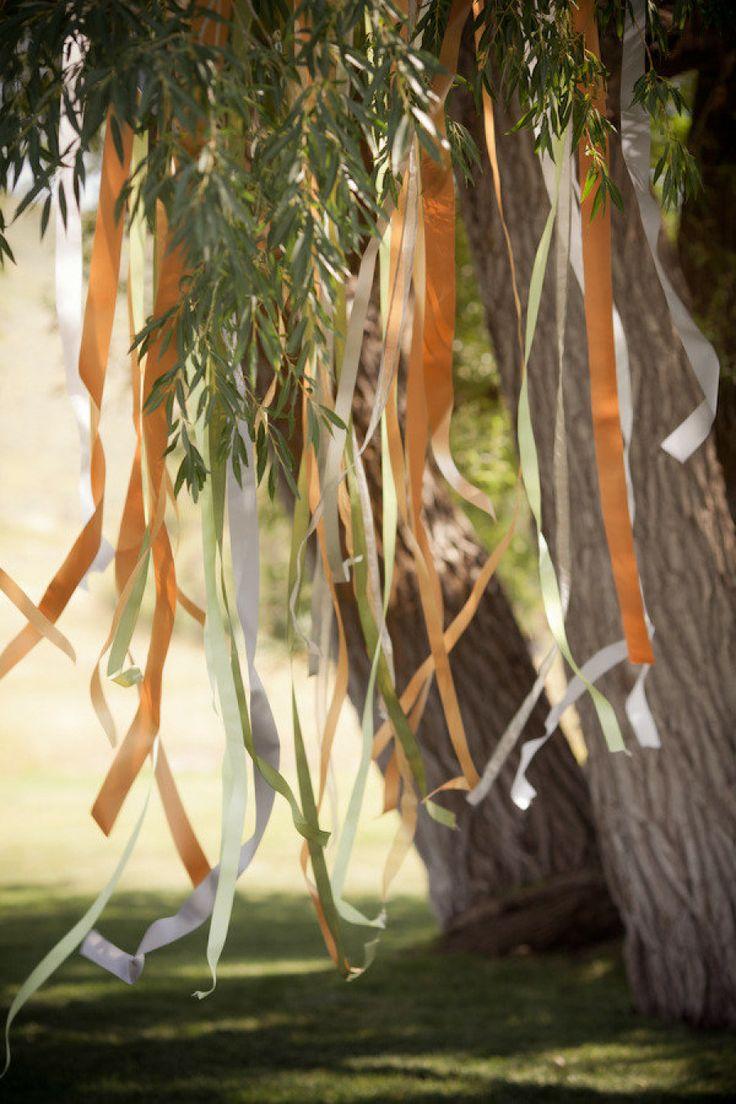 Dekoracja ślubu w plenerze - wstążki na drzewach