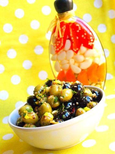 Pour 1 gros pot d'olives Préparation : 15 minutes Repos : 24 heures · 1 pot d'olives vertes · 1 pot d'olives noires Marinade : · Huile d'olive · Harissa · Herbes de Provence · Ail finement hachée · Persil finement ciselé · Cèleri finement coupée · Citron...