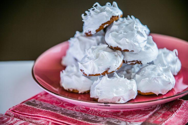 Przepis na piernikowe ciasteczka z miodem: Każdy miłośnik pierniczków z pewnością zakocha się w tym przepisie. Przygotowanie ciasteczek jest bardzo proste i mogą one być przechowywane przez długi czas, możemy więc zrobić sobie pewne zapasy. Ale przede wszystkim, te ciasteczka są naprawdę smaczne.