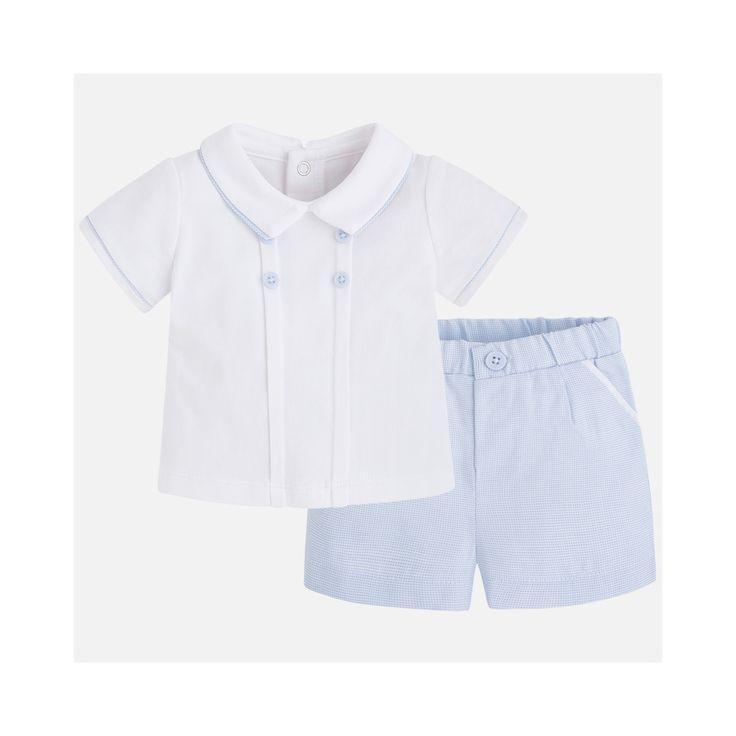 Witte polo met lichtblauwe bermuda van Mayoral. Lichtblauwe accenten op het witte shirt.
