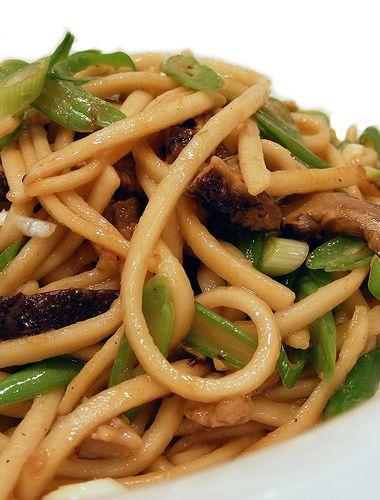 """Dit van oorsprong Chinese gerecht (chǎo miàn / 炒面) leerden wij in Nederland kennen via de Indische keuken. Vandaar dat wij het """"Bami Goreng"""" noemen, maar in veel andere landen noemen ze het op zijn…"""