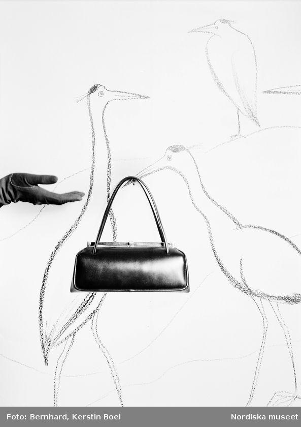 """""""Miles"""". Handväska mot tecknad bakgrund. Foto: Kerstin Bernhard, 1952"""