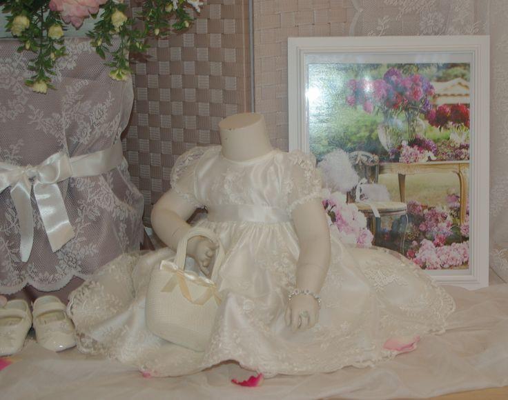 Een prachtig babyjurkje voor een klein bruidsmeisje of te gebruiken als doopjurk. Deze en nog meer prachtige jurkjes zijn verkrijgbaar bij Corrie's bruidskindermode. En natuurlijk ook de bijpassende accessoires zoals babyschoentjes, tasjes en haaraccessoires. Kijk eens op www.bruidskinderm.... Trouwen, bruiloft, huwelijk, bruidskinderen, bruidsmeisje, bruidsmeisjes, bruidsmeisjesjurk, doopkleding, doopjurk.