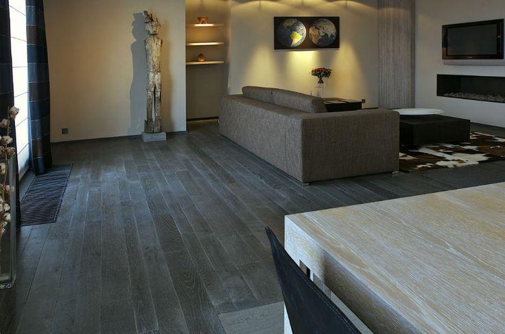 Deze zwarte houten vloer is modern en tijdloos