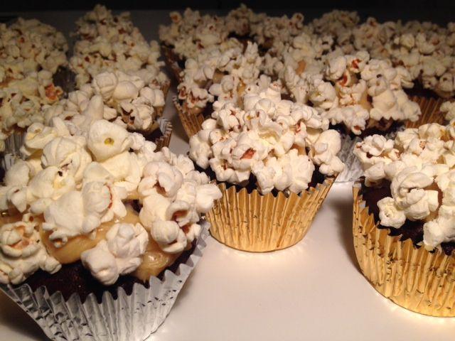 Chokolade cupcakes med karamel og popcorn - Opskrift-kage.dk
