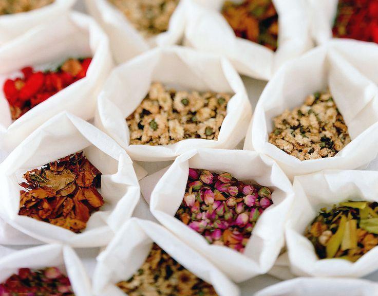 #花茶,利用 #茶 善於吸收異味的特點,將有香味的 #鮮花 和新茶一起悶,茶將香味吸收後再把乾花篩除,製成的花茶香味濃郁,茶湯色深,深得偏好重口味的北方人喜愛,最普通的花茶是用茉莉花制的茉莉花茶,根據所用的鮮花不同,還有玉蘭花茶、桂花茶、珠蘭花茶、玳玳花茶等。普通花茶都是用綠茶製作,也有用紅茶和白茶製作的。