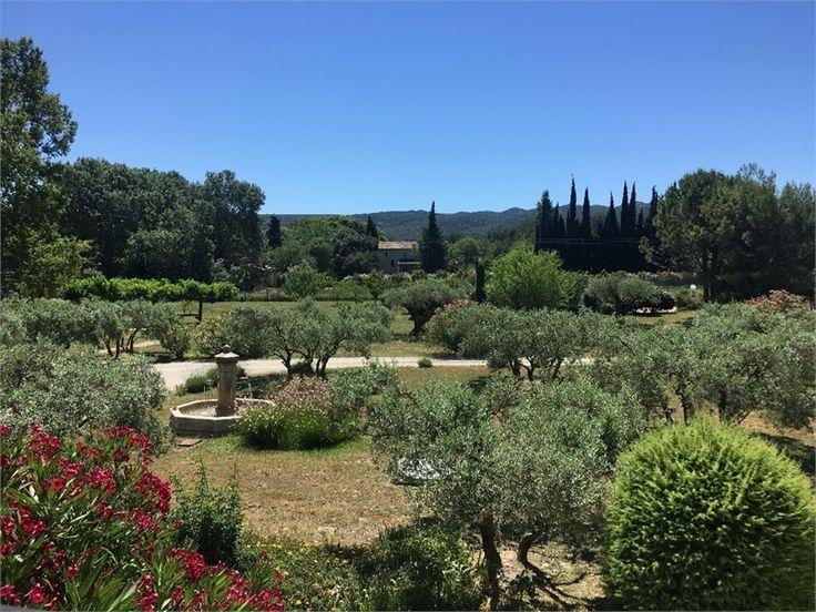 A Eygalières dans les Bouches-du-Rhône, un magnifique mas est à vendre chez Capifrance.     > 400 m², 13 pièces dont 9 chambres   > Terrain de 5000 m²    Plus d'infos > Thomas Merdaci, conseiller immobilier Capifrance.