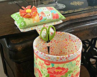 Hilo de rosca Catcher - recogedor de chatarra cosa en estilo con alfiletero desmontable, tijera titular - Curry Bungalow - con pernos de la flor - Gran Idea del regalo