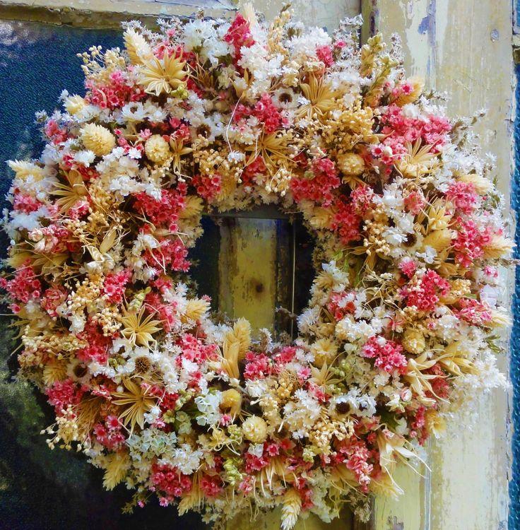 Růžová+a+smetanová+Věnec+ze+sušených+květin,vhodný+i+jako+netradiční+dárek.+Velikost+32cm.