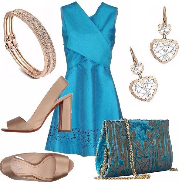 Meraviglioso l'abito turchese protagonista di questo outfit. Scollo a V con motivo di incrocio e balza lavorata sul fondo. Sandalo alto color tortora, pochette turchese e tortora. Accessori in oro.