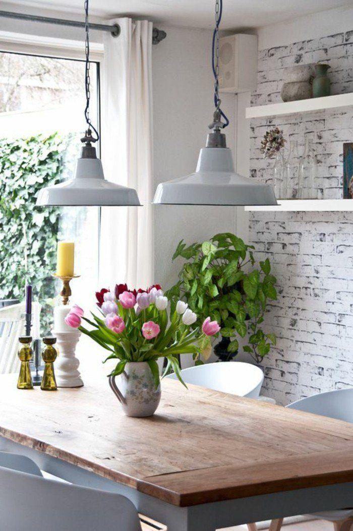 déco salle à manger avec fleurs sur la table, lustres en fer blanc, mur en briques