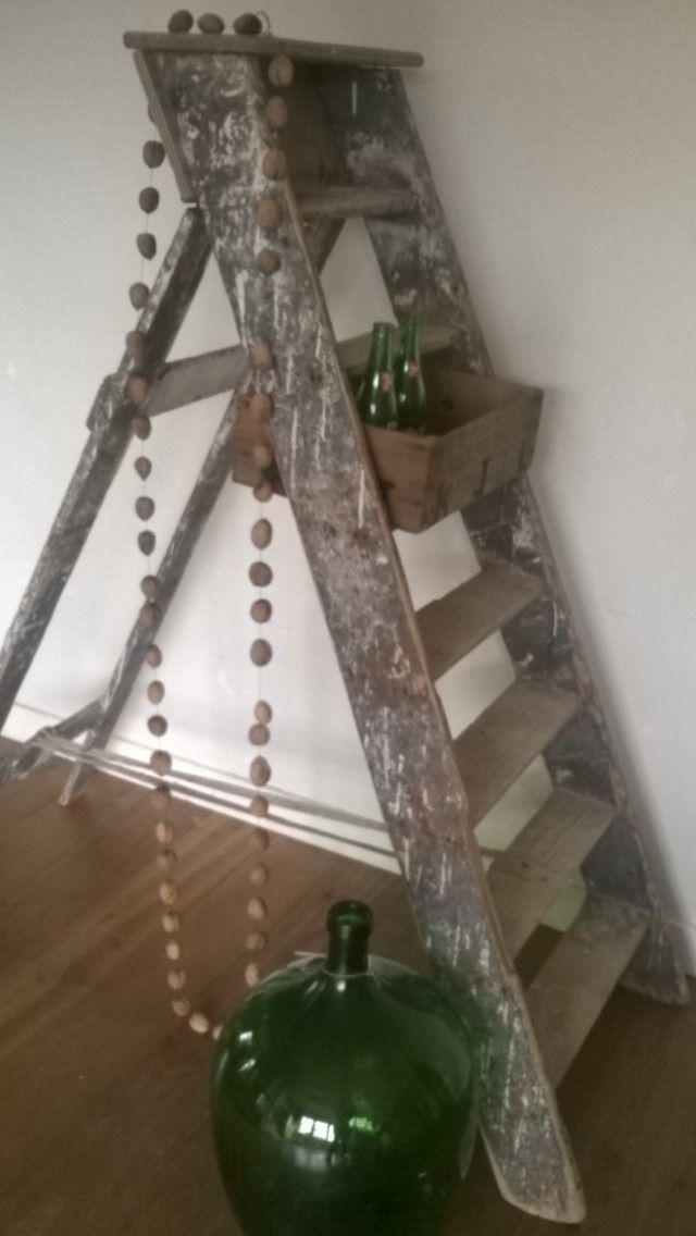 Oude schilderstrap als decoratie item. Zet je mooiste vondsten op de trap en je hebt je eigen 'altaar'.