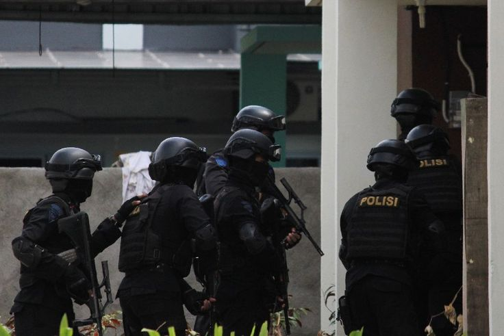 Indonesian police Friday arrested six suspected militants over an Islamic State-linked plot to fire a rocket at an upmarket Singapore…