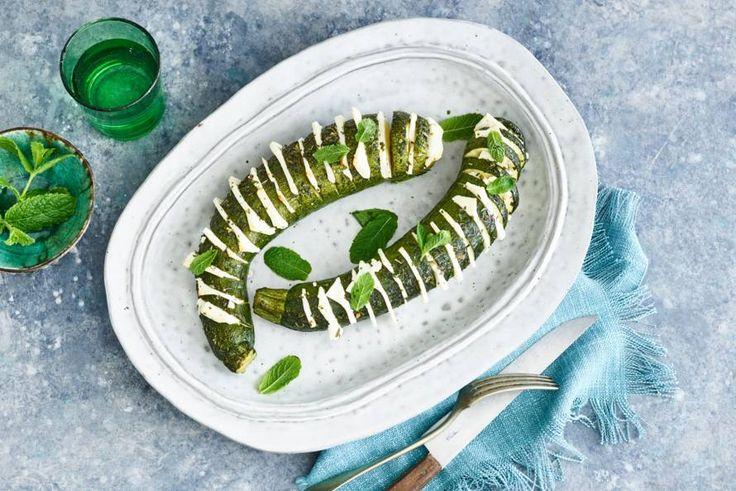 Iedereen kent de variant met aardappelen, maar ken je deze variant met courgette en feta ook al? - Recept - Allerhande