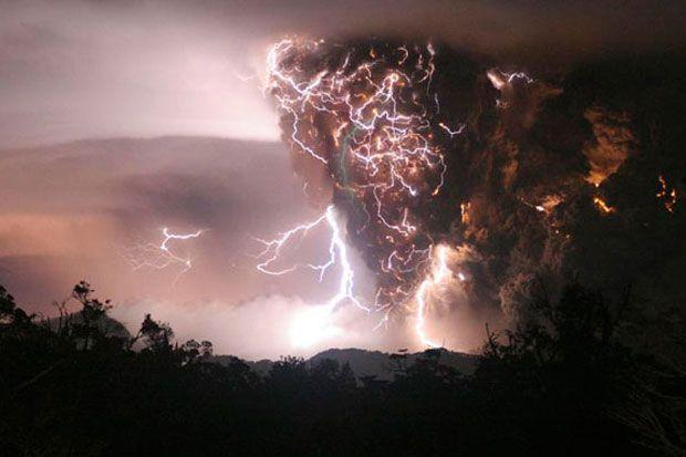 Dezastrele naturale sunt unele dintre cele mai devastatoare fenomene ale planetei noastre. De multe ori, ne surprind si ne sperie, apoi rascolesc totul in jurul nostru, aratandu-ne ce forta impresi...