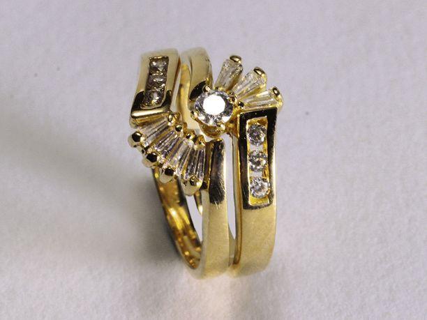 Argolla pisargolla oro amarillo de 18 K con circones blancos en el centro y…
