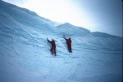 近年冬のアクティビティとして注目を浴びるアイスクライミング  アイスクライミングはアイゼンと呼ばれるブーツに装着する金属の爪とアイスアックス砕氷斧と呼ばれる器具で氷壁を刺しながら登るクライミングスポーツでロッククライミングやボルダリングと同じく体力だけではなくロープの使い方や体重移動など頭と体をフルに使うスポーツです  今回はそんなアイスクライミングを体験できるスクールを紹介します tags[長野県]