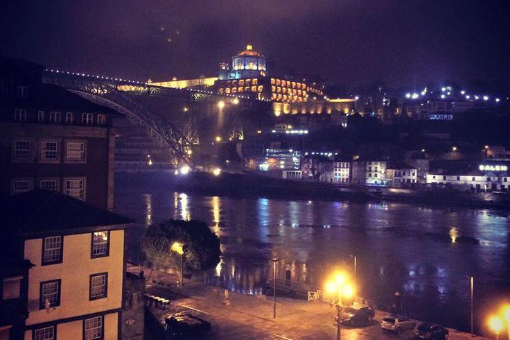 A cantora Rita Redshoes publicou no Facebook uma fotografia do Porto, em que três pontos luminosos intrigaram muita gente. Grupo UFO Portugal já está a investigar a observação, num caso que faz pensar, uma vez mais, no poder da Internet