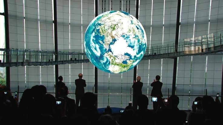 OLED로 만든 지구본 형태의 디스플레이(96mm x 96mm 모듈을 사용)