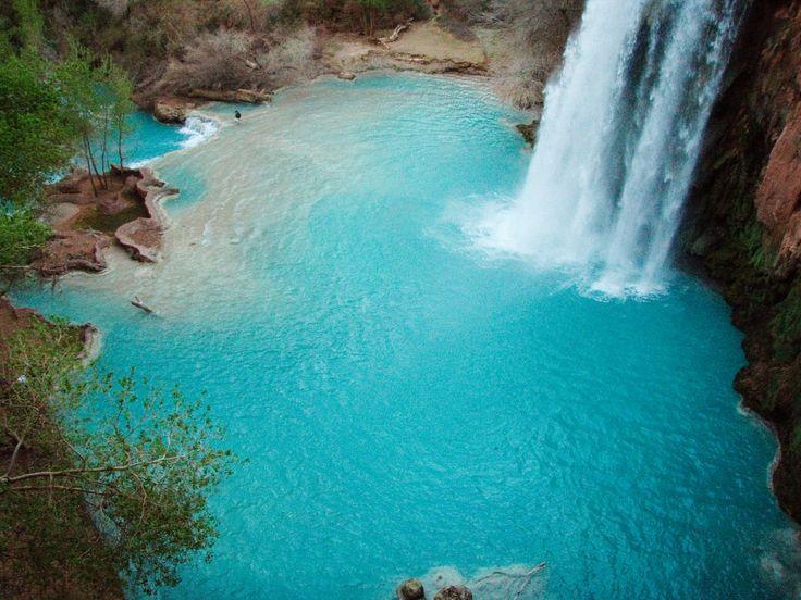 Las cascadas de agua azul verdosa, en Arizona.