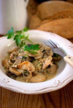 Pollo a la Forestier: Esta es una receta francesa muy sencilla y popular en los restaurantes tradicionales, un guiso de pollo con setas que se puede acompañar con verduras, patatas, puré o un poco de arroz, a tu gusto. Hemos escogido pechuga de pollo deshuesada, para un plato más ligero. Para la salsa, puedes usar setas de bosque o