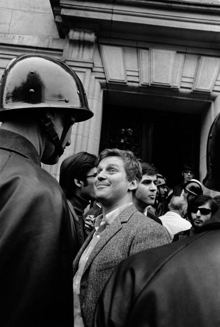 Daniel Cohn-Bendit face à un CRS devant la Sorbonne, Paris, 6 mai 1968. Photo Gilles Caron