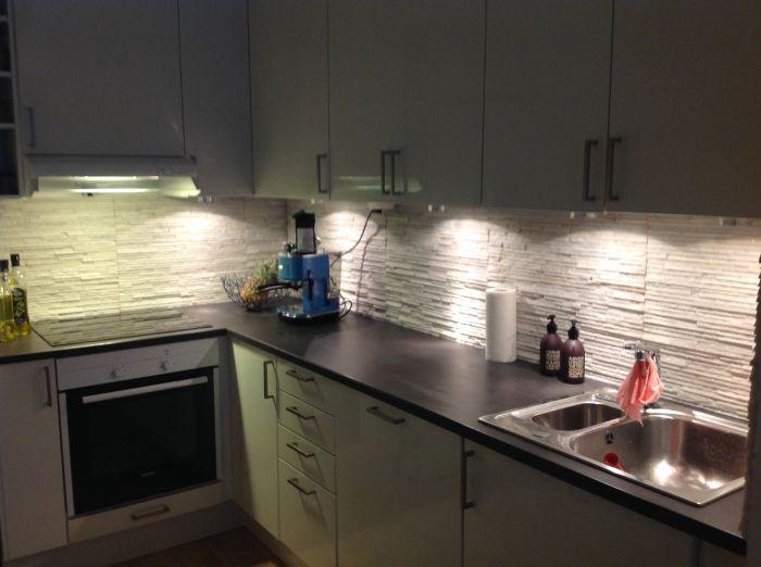 #Hvite #steinplater over kjøkkenbenk.