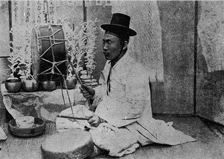 """박수무당이 굿을 하고 있다. Male shaman """"Baksu-mudang"""""""