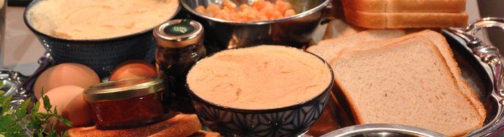 Bekijk het recept van de canapés met ansjovis, garnalen, haring en gerookte zalm en vlierbloesemdressing van Lizet Kruyf uit Tijd voor MAX op MAX Vandaag.