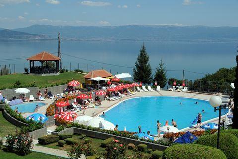 Makpetrol Hotel  Description: Ligging: Het Makpetrol Hotel ligt in een groene omgeving met prachtig uitzicht over het meer van Ohrid. Via het pad door de tuin loopt u naar beneden richting het strand. Het centrum van Struga ligt op ca. 5 kilometer en Radozda ligt op ca. 4 kilometer afstand. Het openbaar vervoer stopt voor het hotel. Het Kalista klooster met de Zwarte Madonna ligt op ca. 400 meter. Faciliteiten: Het fijne 4-sterrenhotel Makpetrol telt 49 kamers ondergebracht in het…