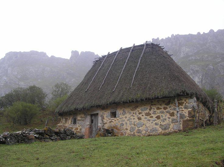 """Paraiso natural. Arquitectura sostenible """" Los Teitos"""", edificación típica de Somiedo (Asturias), hecho de paredes de mampostería y techo sujeto por entramado de madera y cubierta vegetal.  SINTONIA CON LA NATURALEZA"""