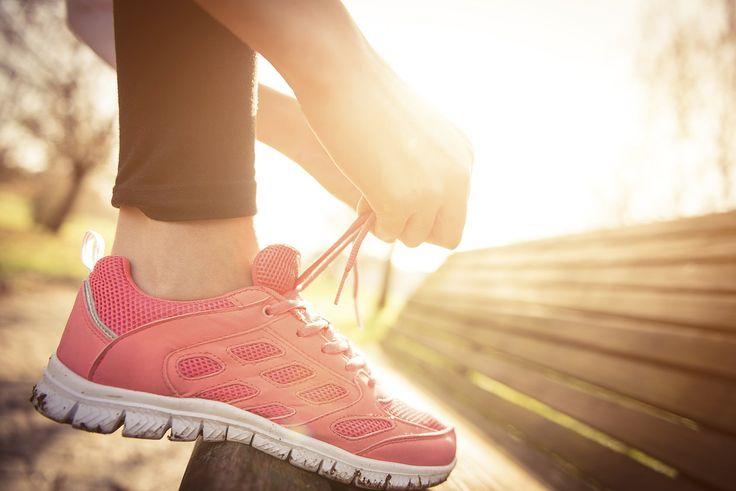 STATISTIK LAUFSPORT 2015 Durchschnittlich: - Laufleistung/Woche über alle Teilnehmer/innen: 40 km. - Ausgaben für Laufbekleidung währen letzter 12 Monate: 300 €. - Besitz-Anzahl an Laufschuhen: 5,3 Paare (mittlerer Preis 124 €). - Männer laufen 7,4 km mehr pro Woche als Frauen. #Laufen #Laufschuhe #Laufleistung #Laufbekleidung #Straßenlauf #Wettkampf #Fitness #Kondition #Ausdauer #Stress #gesund #Gewicht