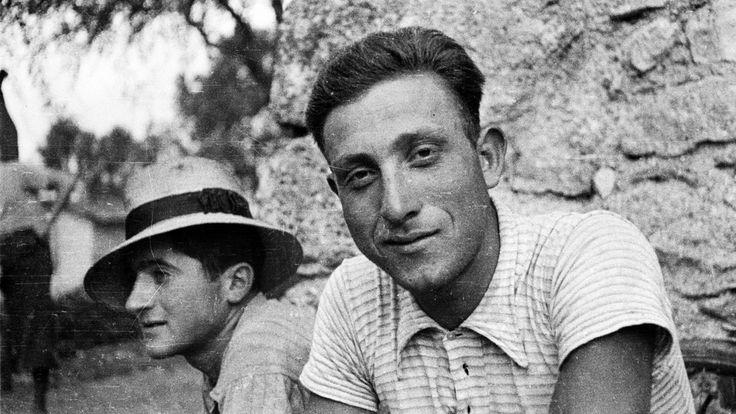 Norcia, anni 50. Un muro in pietra e l'espressione tranquilla e quasi sorridente di due ragazzi di campagna.