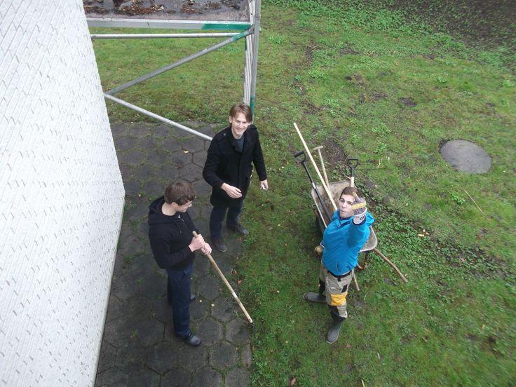 Nicklas, Mads og Jacob i haven efter dagens arbejde