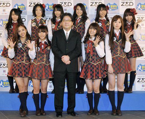 AKB48のメンバーと、20年東京五輪招致活動をサポートする評議会メンバーに選ばれた秋元康氏(前列中央)       Photo By 共同