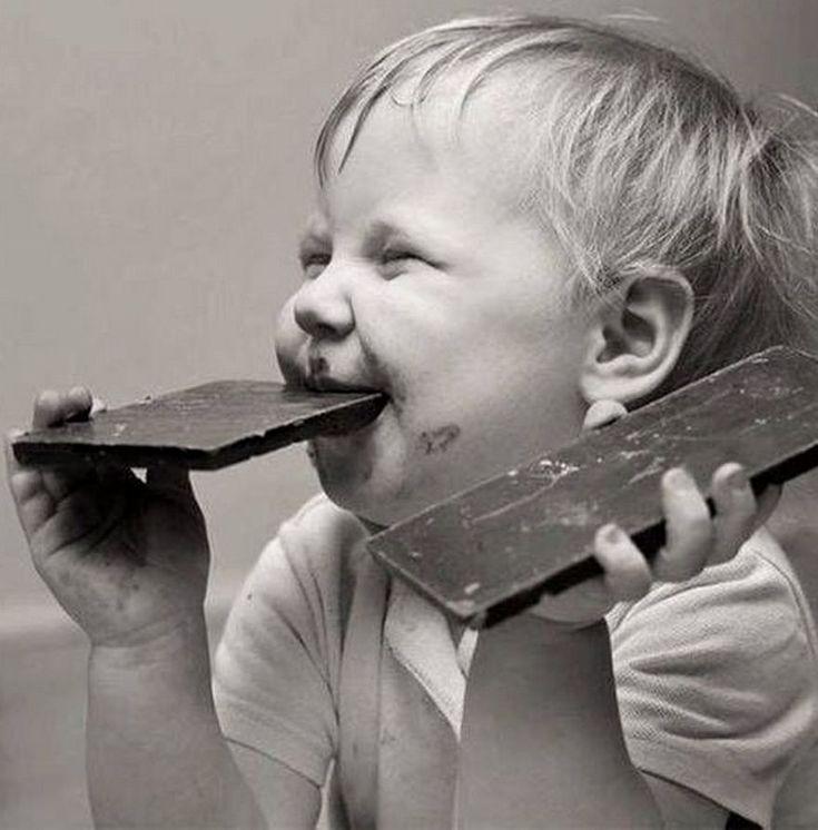 Смешные картинки девочка ест шоколад