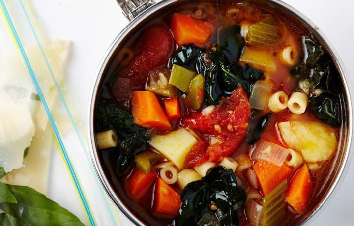Sopa caliente: Puedes hacerla solo con verduras o añadir proteínas como pollo o frijoles. Esta receta se hace en su mayoría con verduras pero usa un poquito de panceta y corteza de parmesano para el sabor. Puedes picar cualquier verdura que tengas a mano y saltearla en aceite de oliva en una gran olla con el condimento que elijas.