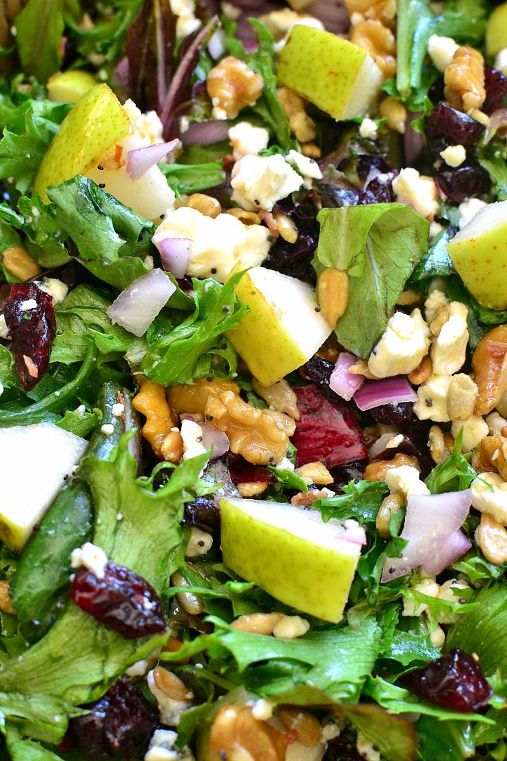 This Pear, Walnut & Gorgonzola Salad is perfect for fall! Loaded with fresh…