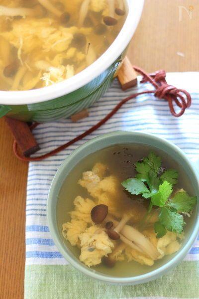 しめじは小房にわけ天日に2~3時間当てたものを使用しました。  ちょい干しして、ほんのり水分が抜けたしめじは、旨みも栄養価もアップしています。    これをシンプルに卵スープにし、とろろ昆布と三つ葉を加えました。  包丁&まな板いらずの簡単レシピです。