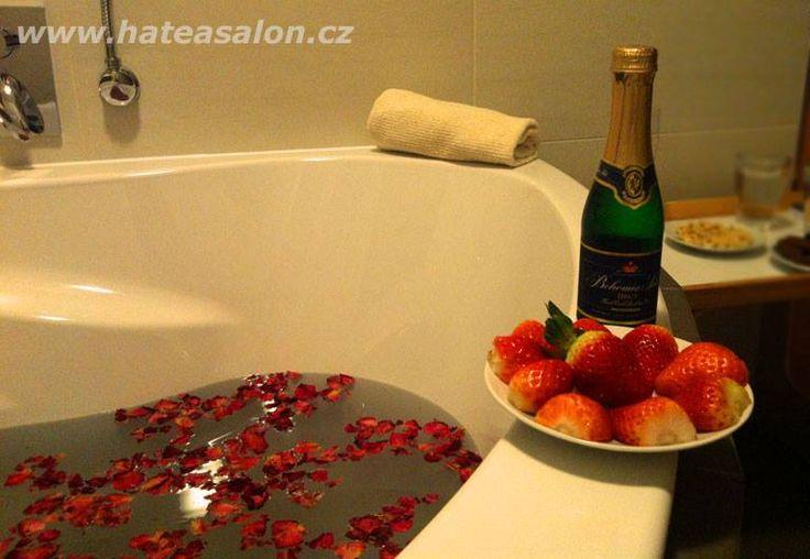SPA rituál pro zamilované Rituál prosycený láskou, něhou, romantickou koupelí v růžích, svíčkami, sektem a masáží afrodiziakálním olejem. Hýčkejte společně svoji lásku. Dárkový poukaz do salonu HATEA Pardubice.  Délka masáže: 30 min koupel, 90 min masáž