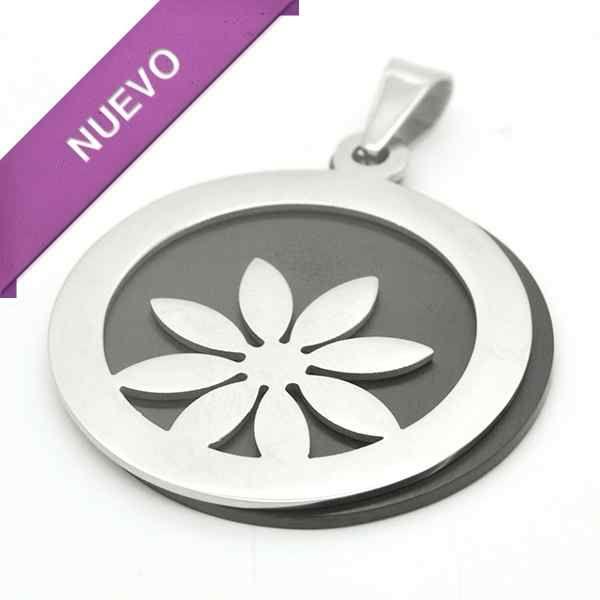 Joyas de Acero-Colgantes-PA0316. Fondo negro y sobre esté una placa calada en forma de flor, diámetro 3,5 cm