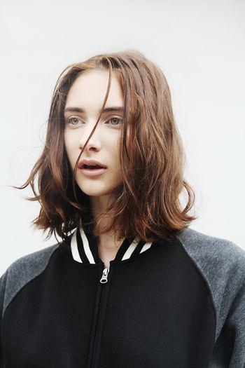 重さでボリュームダウンしがちなミディアムヘアの前髪も ナチュラルなウェーブで空気を含ませて。