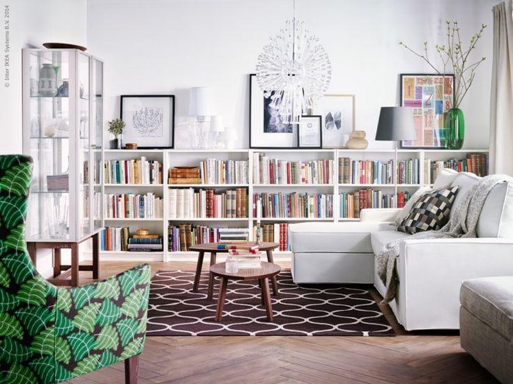 Höstfint i vardagsrummet! Fåtölj, matta, taklampa, vitrinskåp och soffbord ur serien STOCKHOLM. KIVIK soffa med schäslong, BILLY bokhyllor.